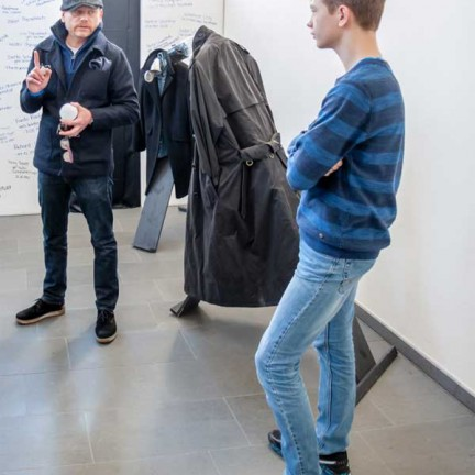 Gereon Riedel erläutert Matthias Krey seine Mix-Media-Installation.